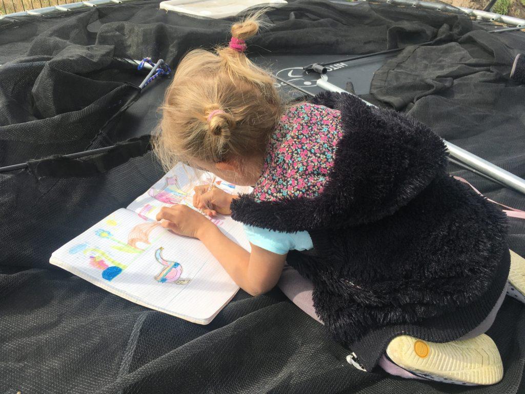 Skupiona Elsa w czasie rysowania